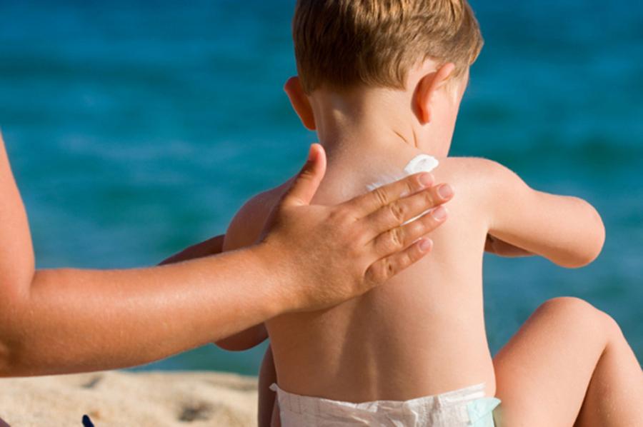 Những lưu ý các mẹ tuyệt đối cần biết khi bôi kem chống nắng cho bé để bảo vệ làn da của con - Ảnh 2