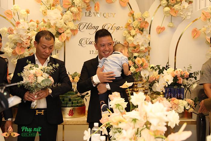 Giang Hồng Ngọc lần đầu khoe con trai, hôn chồng say đắm trong lễ ăn hỏi - Ảnh 11