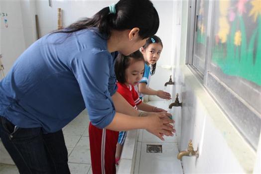 Khuyến cáo phụ huynh đưa con em tiêm vắc-xin phòng ngừa các bệnh truyền nhiễm - Ảnh 1