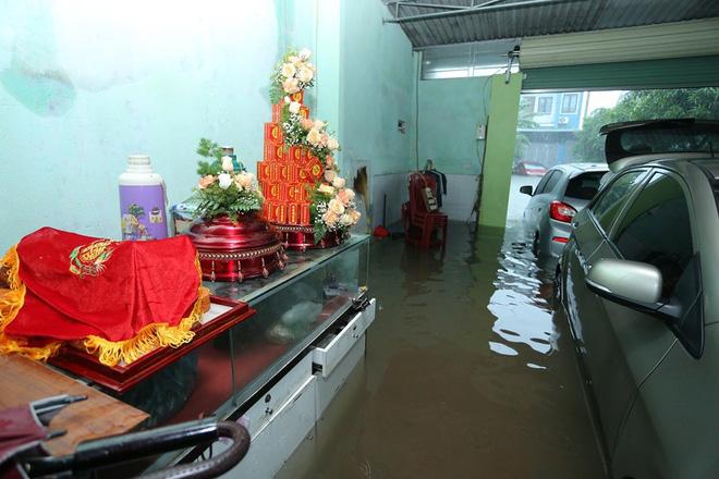Mưa lớn ngập lụt, chú rể cùng nhà trai 'bơi' quãng đường 4 km sang nhà gái đưa sính lễ - Ảnh 1