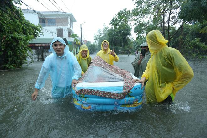 Mưa lớn ngập lụt, chú rể cùng nhà trai 'bơi' quãng đường 4 km sang nhà gái đưa sính lễ - Ảnh 3