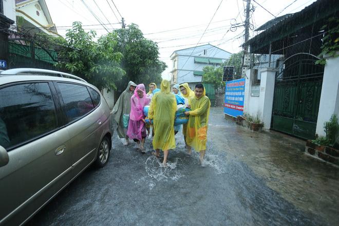 Mưa lớn ngập lụt, chú rể cùng nhà trai 'bơi' quãng đường 4 km sang nhà gái đưa sính lễ - Ảnh 4
