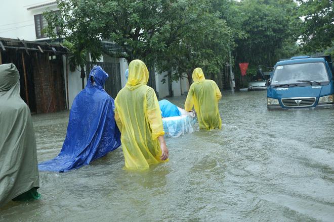 Mưa lớn ngập lụt, chú rể cùng nhà trai 'bơi' quãng đường 4 km sang nhà gái đưa sính lễ - Ảnh 5