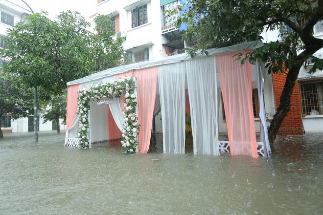 Mưa lớn ngập lụt, chú rể cùng nhà trai 'bơi' quãng đường 4 km sang nhà gái đưa sính lễ - Ảnh 6