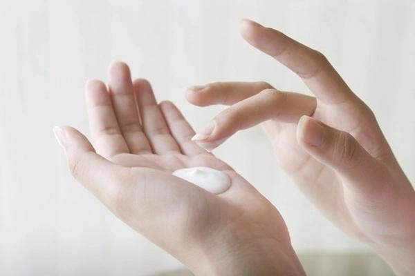 Bí quyết dưỡng da tay luôn mịn màng vào mùa Đông - Ảnh 2