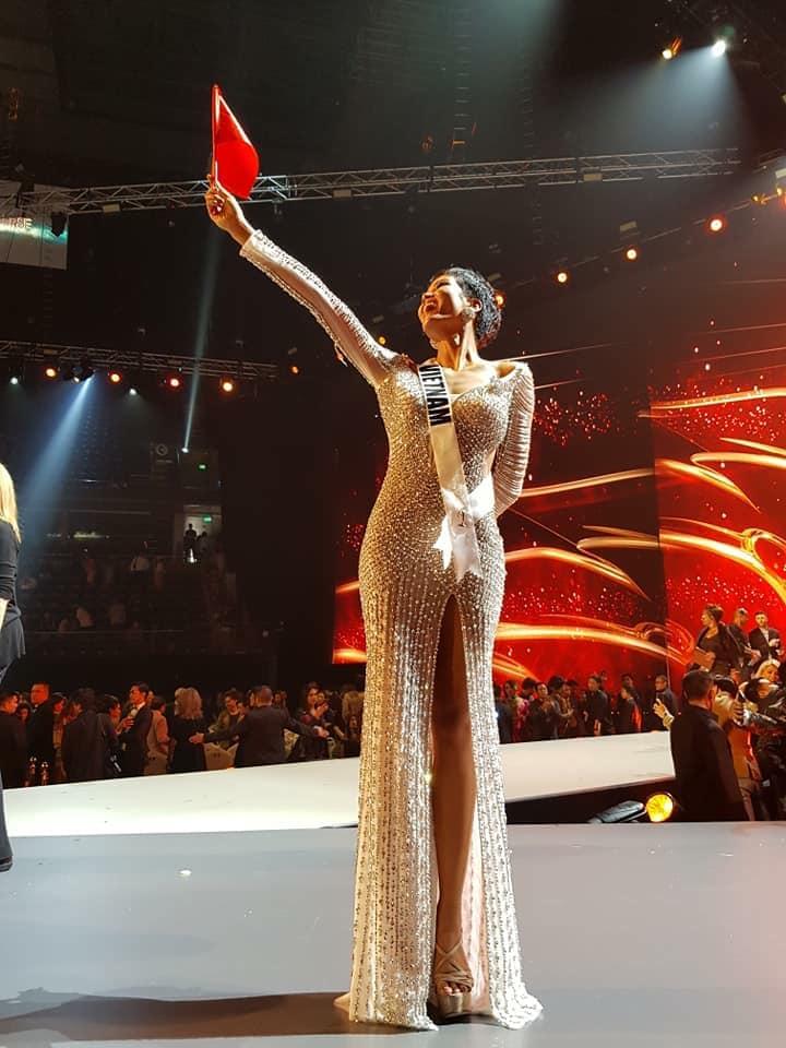 H'Hen Niê giơ cao cờ tổ quốc, chia sẻ xúc động khi lọt Top 5 Miss Universe 2018 - Ảnh 2