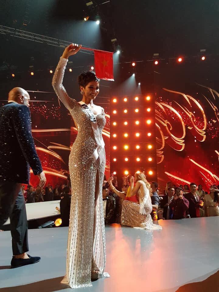 H'Hen Niê giơ cao cờ tổ quốc, chia sẻ xúc động khi lọt Top 5 Miss Universe 2018 - Ảnh 3