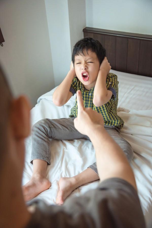 Con lúc nào cũng nói 'trả treo', cãi tay đôi lại? Cha mẹ hãy làm ngay theo lời khuyên này của chuyên gia để trị thói xấu đó của bé - Ảnh 1