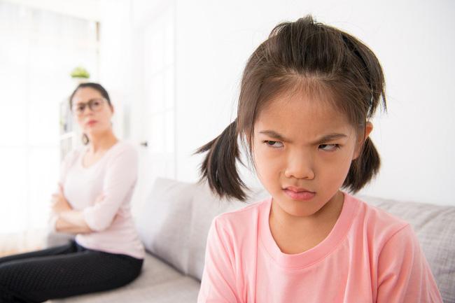 Con lúc nào cũng nói 'trả treo', cãi tay đôi lại? Cha mẹ hãy làm ngay theo lời khuyên này của chuyên gia để trị thói xấu đó của bé - Ảnh 3