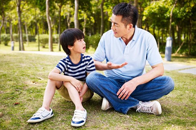 Con lúc nào cũng nói 'trả treo', cãi tay đôi lại? Cha mẹ hãy làm ngay theo lời khuyên này của chuyên gia để trị thói xấu đó của bé - Ảnh 4