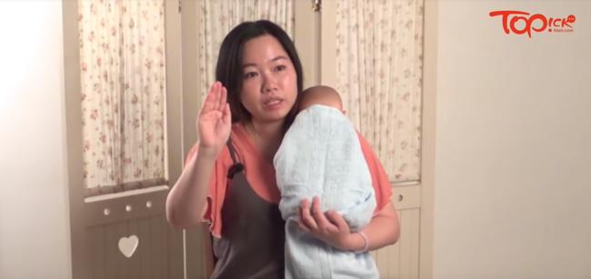 Lưu ý các mẹ không thể bỏ qua khi giúp con ợ hơi và cách quấn khăn 'chuẩn xịn' giúp tăng cảm giác an toàn cho trẻ - Ảnh 1