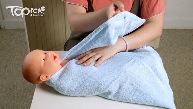 Lưu ý các mẹ không thể bỏ qua khi giúp con ợ hơi và cách quấn khăn 'chuẩn xịn' giúp tăng cảm giác an toàn cho trẻ - Ảnh 3