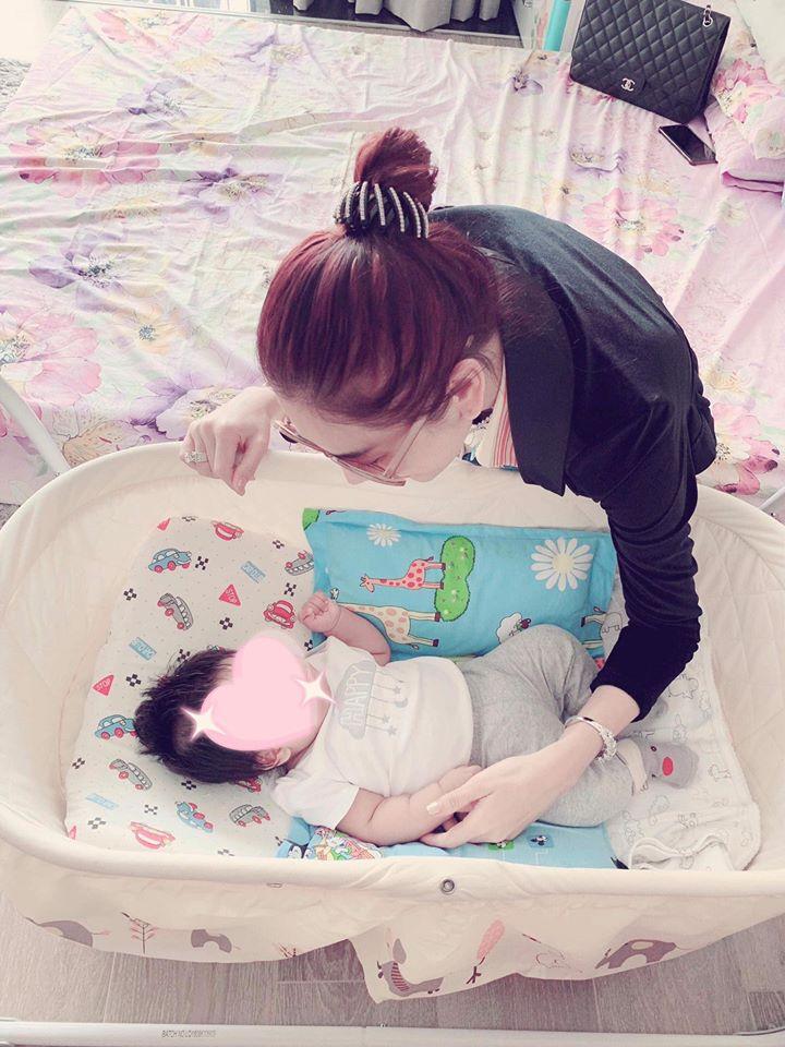 Sau nhiều lần úp mở, cuối cùng Lâm Khánh Chi cũng khoe cận mặt con trai giống mẹ như lột - Ảnh 3