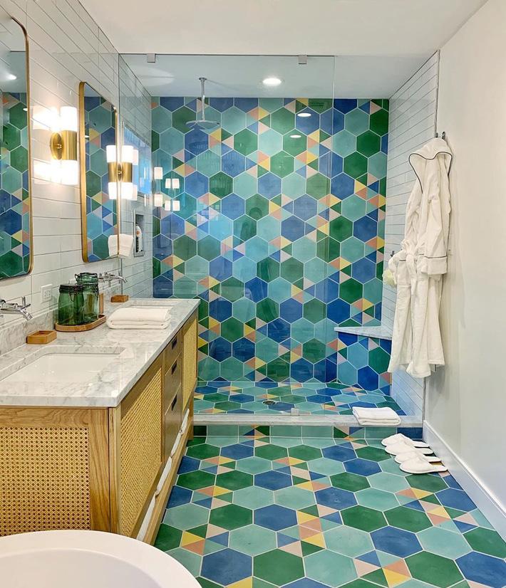 Phòng tắm gia đình sinh động thêm mấy phần nhờ lựa chọn loại gạch ốp này - Ảnh 7