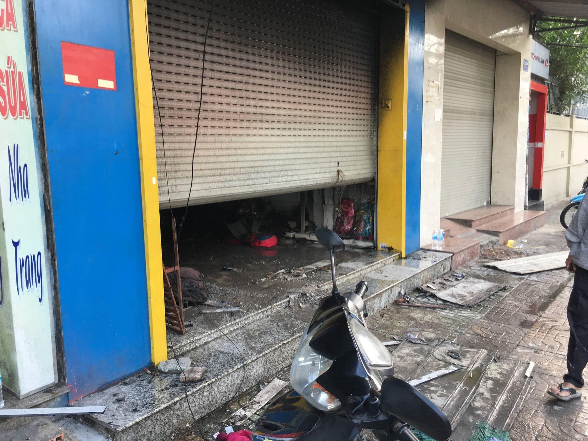 TP.HCM: Hỏa hoạn bất ngờ tại tiệm túi xách lúc rạng sáng, 3 người mắc kẹt chạy lên tầng cao kêu cứu - Ảnh 2