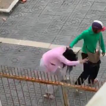 Clip chồng nắm tóc đánh vợ mang thai dã man giữa đường, con nhỏ đứng bên khóc lạc giọng vì sợ - Ảnh 2