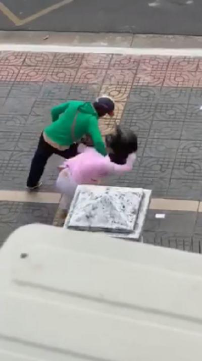 Clip chồng nắm tóc đánh vợ mang thai dã man giữa đường, con nhỏ đứng bên khóc lạc giọng vì sợ - Ảnh 1