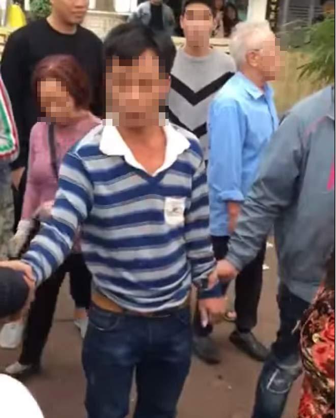 Clip dân đòi 'xử' người đàn ông vì nghi bắt cóc trẻ em ở Hà Nội gây xôn xao - Ảnh 1