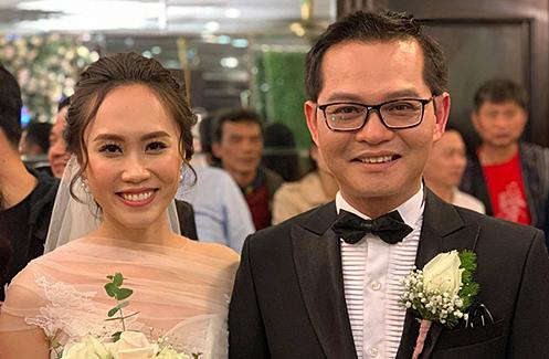 NSND Trung Hiếu và bà xã trong đám cưới.