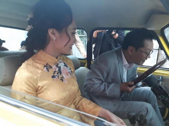NSND Trung Hiếu và vợ thắp hương cúng tổ tiên tại nhà ở Thái Bình