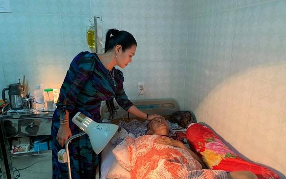 Rơi nước mắt cảnh nghệ sĩ Lê Bình nằm thoi thóp, nhắm nghiền hai mắt khi Ngọc Huyền đến thăm - Ảnh 1