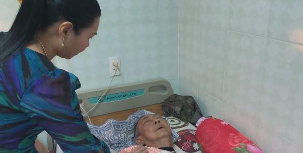 Rơi nước mắt cảnh nghệ sĩ Lê Bình nằm thoi thóp, nhắm nghiền hai mắt khi Ngọc Huyền đến thăm - Ảnh 2