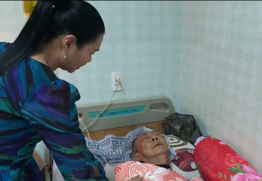 Rơi nước mắt cảnh nghệ sĩ Lê Bình nằm thoi thóp, nhắm nghiền hai mắt khi Ngọc Huyền đến thăm - Ảnh 3