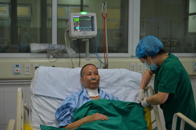 BS kể chuyện điều trị bệnh nhân Covid-19 nặng: 8 người thay nhau ép tim, rã rời tay! - Ảnh 1