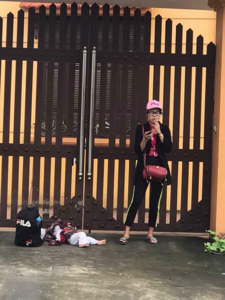 Thấy Bella bỏ con nằm lăn lóc dưới đất đứng hút thuốc bên đường, dân mạng thảng thốt: 'Đứa trẻ cũng là người, sao nỡ đối xử như vậy' - Ảnh 1