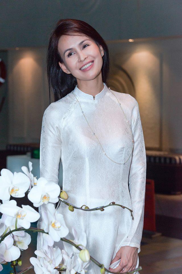 Chỉ trích H'Hen Niê 'quê mùa lôm côm' vì đi dép tổ ong, vợ cũ Huy Khánh bị chửi tối tăm mặt mày - Ảnh 2