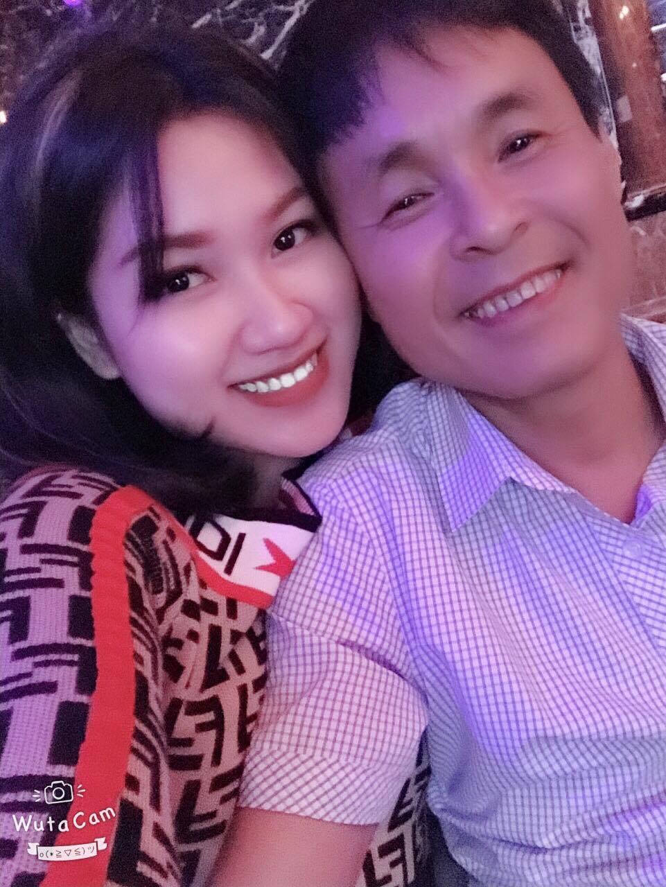 Chuyện tình ngọt ngào của ông chủ quán karaoke và vợ kém 30 tuổi - Ảnh 1