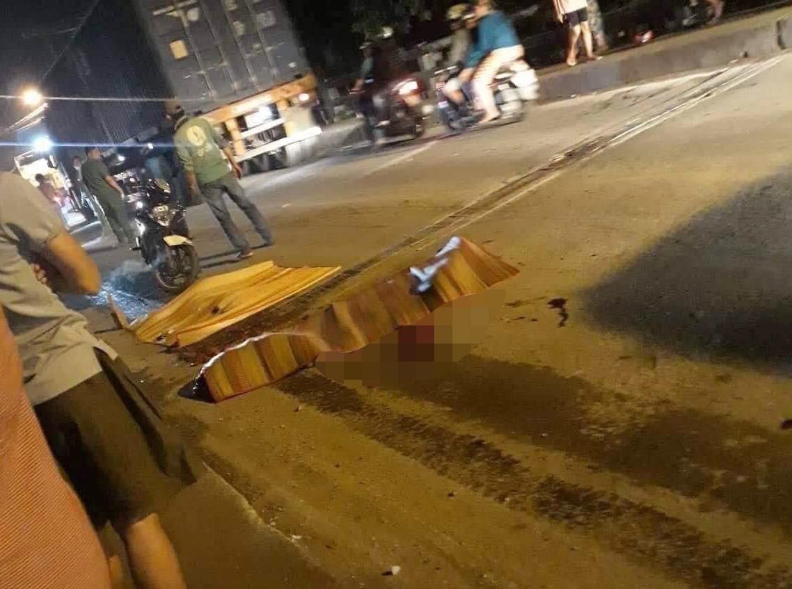 Thương tâm: Cha mẹ ngã quỵ bên thi thể con gái 6 tuổi bị xe tải cán chết ở Sài Gòn - Ảnh 1