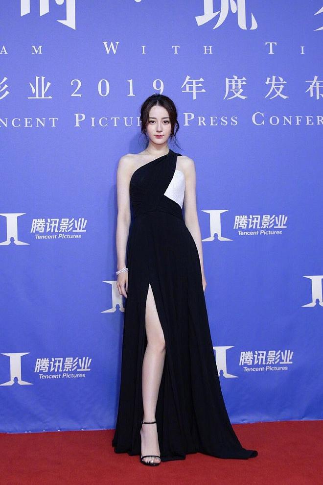 Diện váy xẻ cao khoe chân dài miên man, Địch Lệ Nhiệt Ba khiến cả Weibo 'dậy sóng' nhưng bất ngờ nhất là ở tấm cuối - Ảnh 1