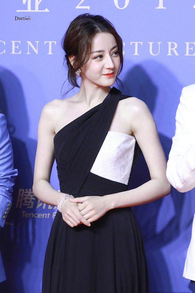 Diện váy xẻ cao khoe chân dài miên man, Địch Lệ Nhiệt Ba khiến cả Weibo 'dậy sóng' nhưng bất ngờ nhất là ở tấm cuối - Ảnh 3