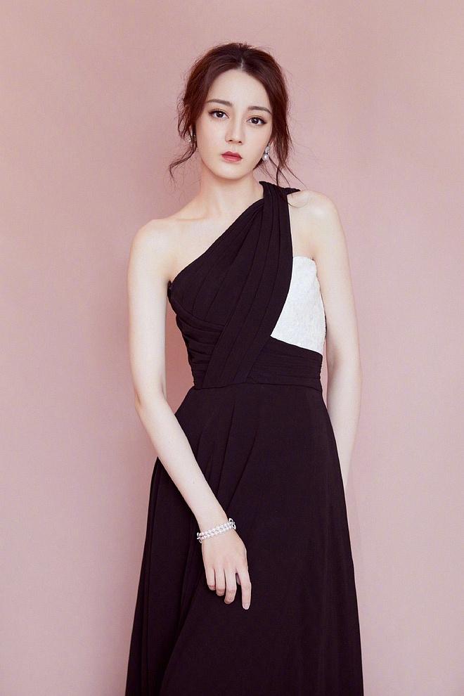 Diện váy xẻ cao khoe chân dài miên man, Địch Lệ Nhiệt Ba khiến cả Weibo 'dậy sóng' nhưng bất ngờ nhất là ở tấm cuối - Ảnh 4