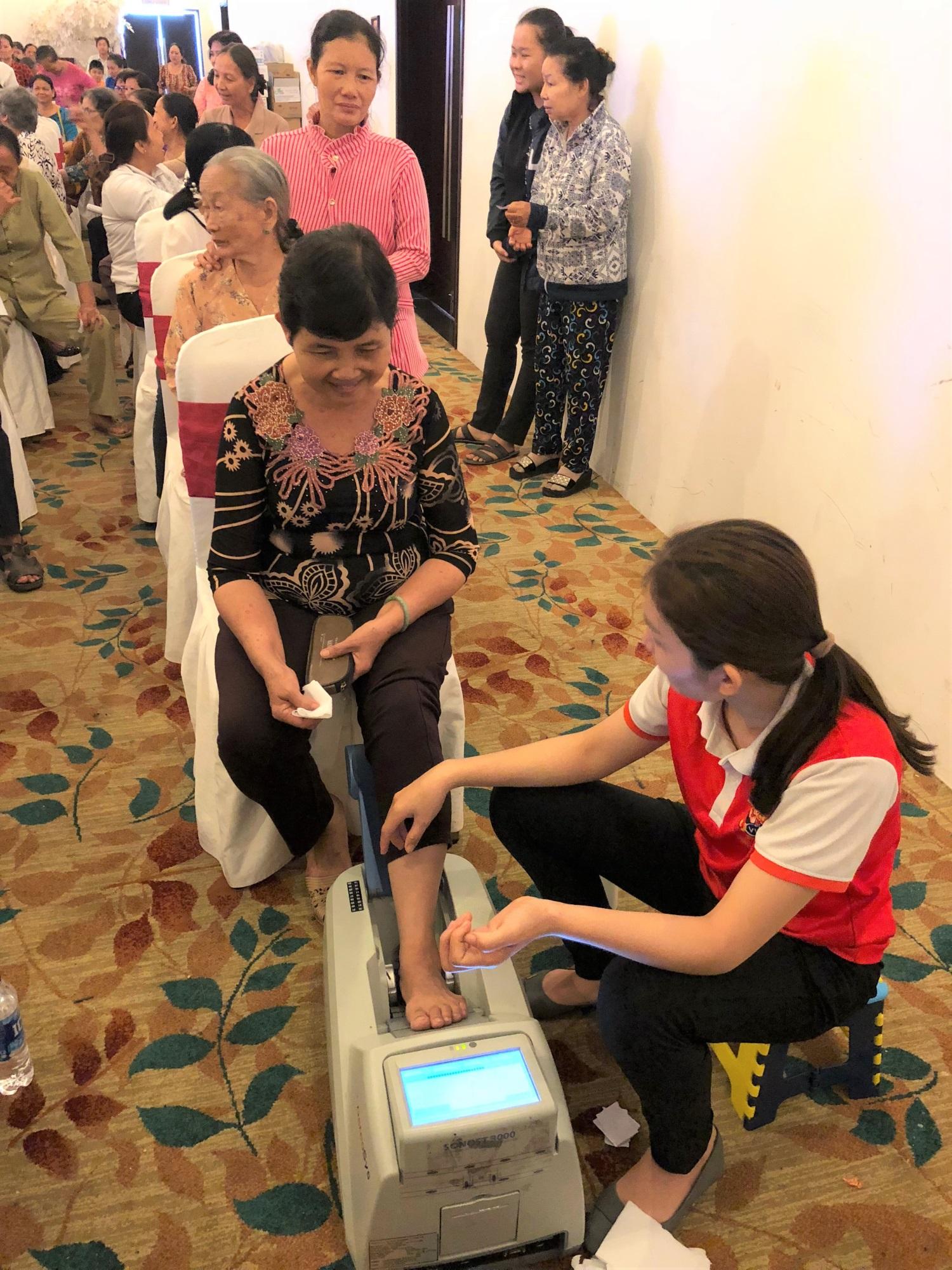 Vinamilk tổ chức gần 20 chương trình đồng hành chăm sóc sức khỏe người cao tuổi trong 6 tháng qua - Ảnh 2