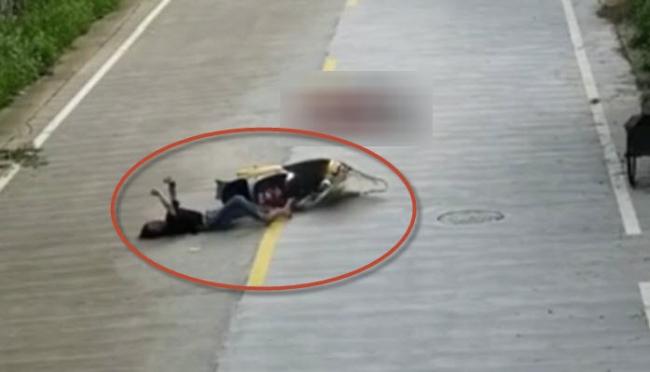 Clip: Cô gái thản nhiên nằm xem tin nhắn giữa đường sau khi bị xe tông suýt chết - Ảnh 1