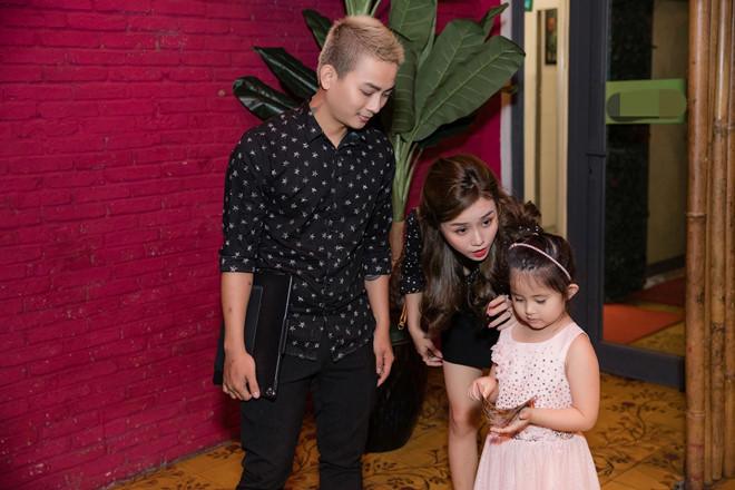 Hoài Lâm và bạn gái mặc áo đôi khi xuất hiện - Ảnh 1