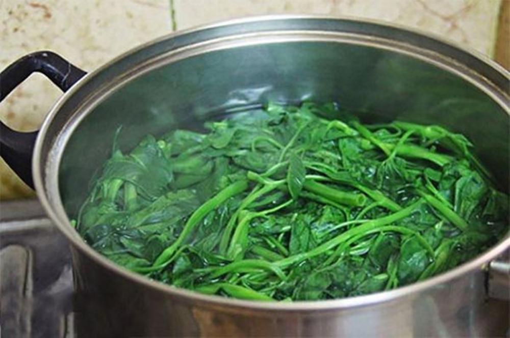 Thực hư thông tin nước rau muống luộc màu xanh đậm là nhiễm độc thuốc trừ sâu - Ảnh 2