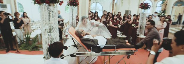 Rơi nước mắt clip người cha hấp hối nằm trên cáng cứu thương nắm tay con vào lễ đường - Ảnh 1