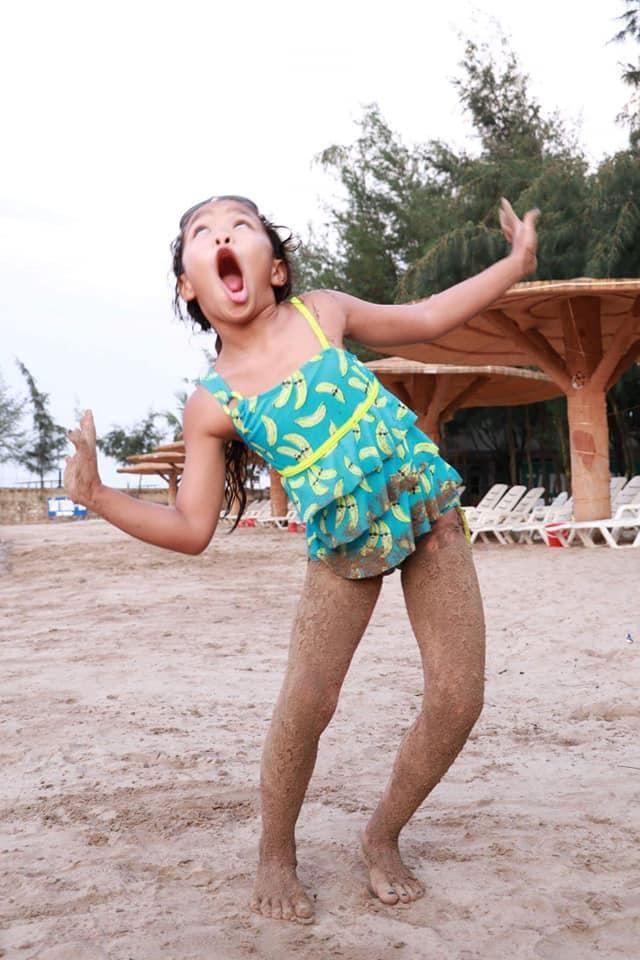 Khoe ảnh tình tứ bên chồng con, Việt Hương bất ngờ để lộ điểm đặc biệt của con gái 8 tuổi - Ảnh 3