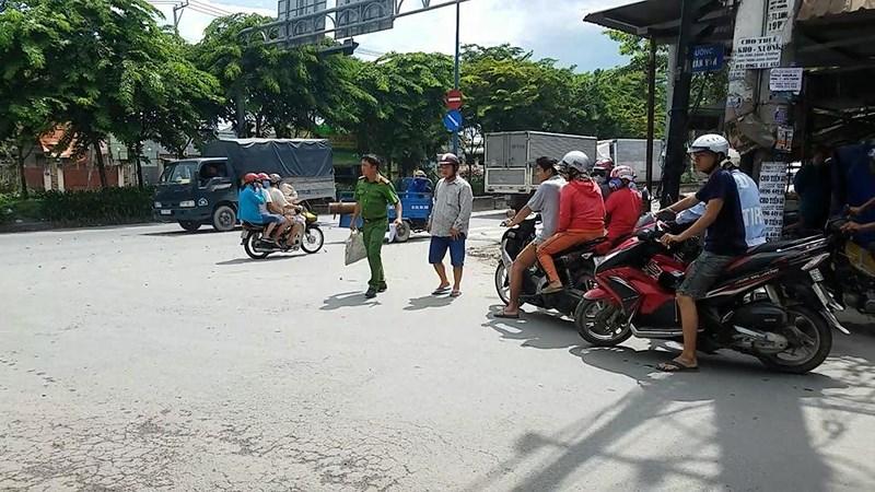 TP.HCM: 2 tài xế xe ôm cầm dao chém nhau giữa phố chỉ vì tranh giành khách - Ảnh 1