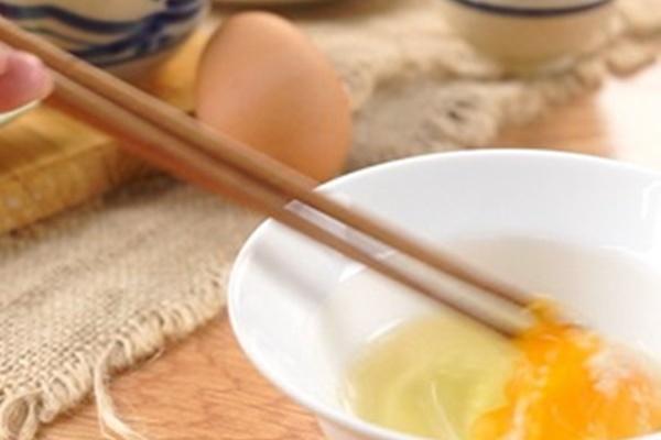 Đổi vị cho cả nhà với bánh tráng nướng mắm ruốc đơn giản mà hấp dẫn - Ảnh 2
