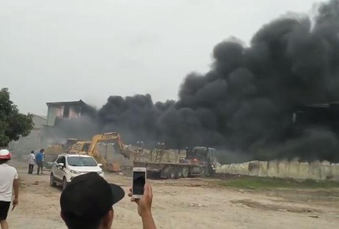 Cháy dữ dội tại kho xưởng của người Trung Quốc thuê ở Hưng Yên - Ảnh 1
