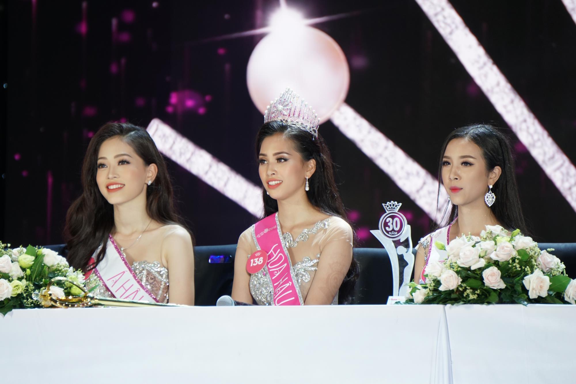 Gia cảnh ít người biết của Hoa hậu Trần Tiểu Vy: Bố bị tai biến, mẹ gồng gánh cả gia đình - Ảnh 1