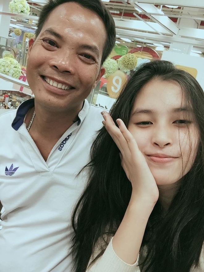 Gia cảnh ít người biết của Hoa hậu Trần Tiểu Vy: Bố bị tai biến, mẹ gồng gánh cả gia đình - Ảnh 2