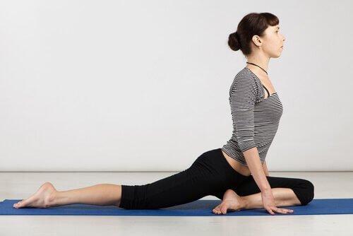 Loạt bài tập yoga cực đơn giản tại nhà giúp giảm đau nhức xương khớp hiệu quả - Ảnh 4