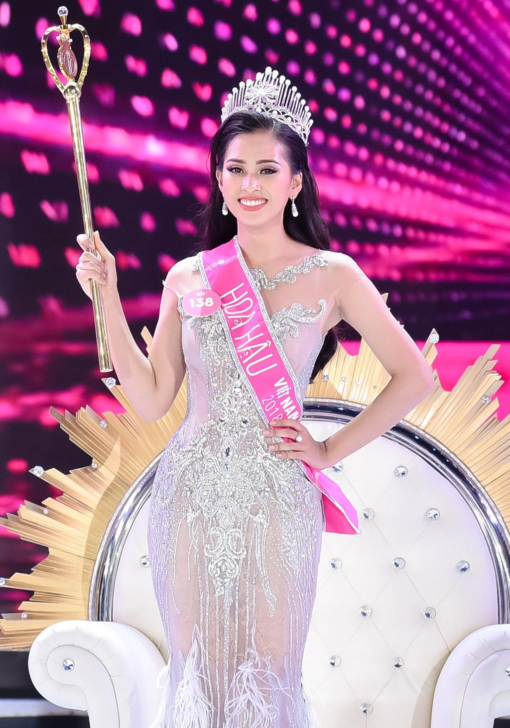 Sốt với sự sành điệu, trẻ trung của bố mẹ Hoa hậu Trần Tiểu Vy, chất chơi không thua con gái - Ảnh 1