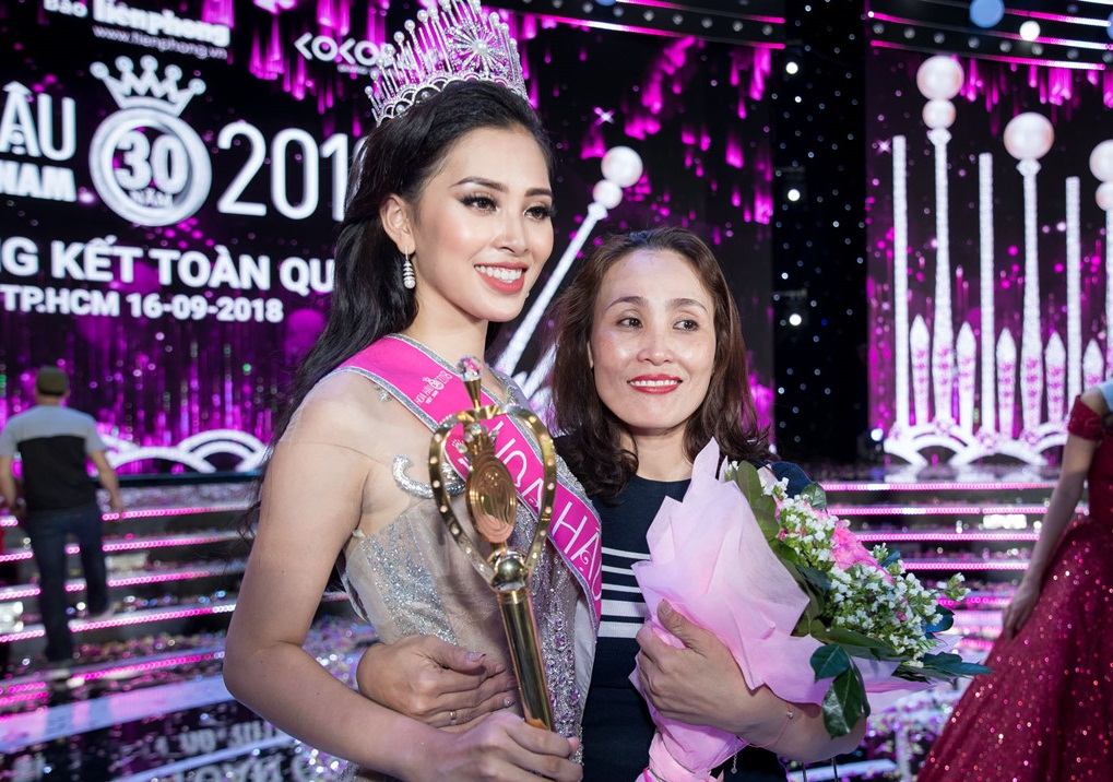 Sốt với sự sành điệu, trẻ trung của bố mẹ Hoa hậu Trần Tiểu Vy, chất chơi không thua con gái - Ảnh 2