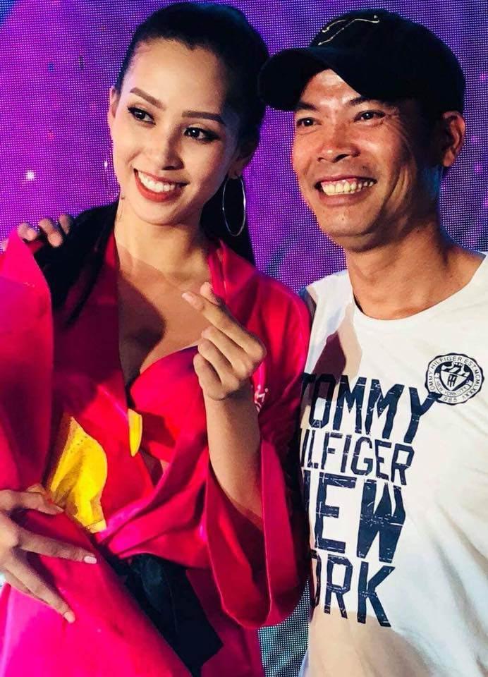 Sốt với sự sành điệu, trẻ trung của bố mẹ Hoa hậu Trần Tiểu Vy, chất chơi không thua con gái - Ảnh 3